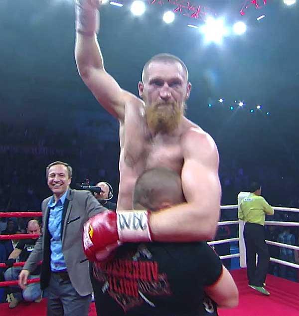 В третьем раунде кудряшову удалось заметно потрясти дуродолу точным левым боковым, от которого у нигерийца вылетела капа за пределы ринга.
